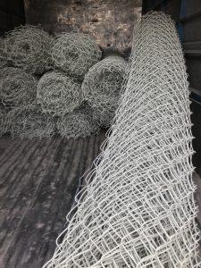 Giá lưới B40 tại Hà Nội là lưới tạo bằng cách đan sợi thép thành nhiều mắt lưới.